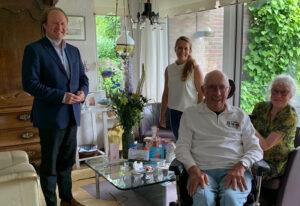 Burgemeester brengt bezoek aan mantelzorger zwijndrecht